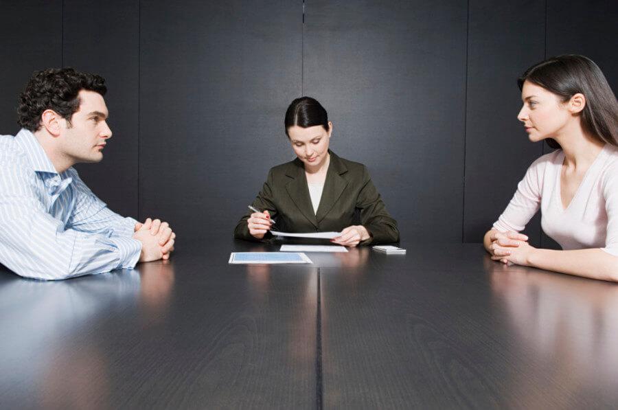 Cómo hacer un divorcio si uno o ambos están en el extranjero