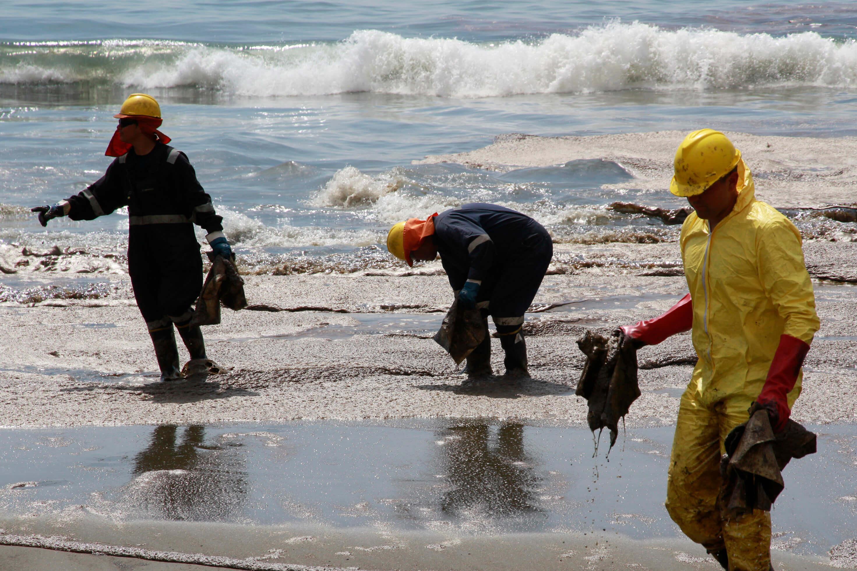 Derrame de petroleo en Playa El Colorado de Iquique
