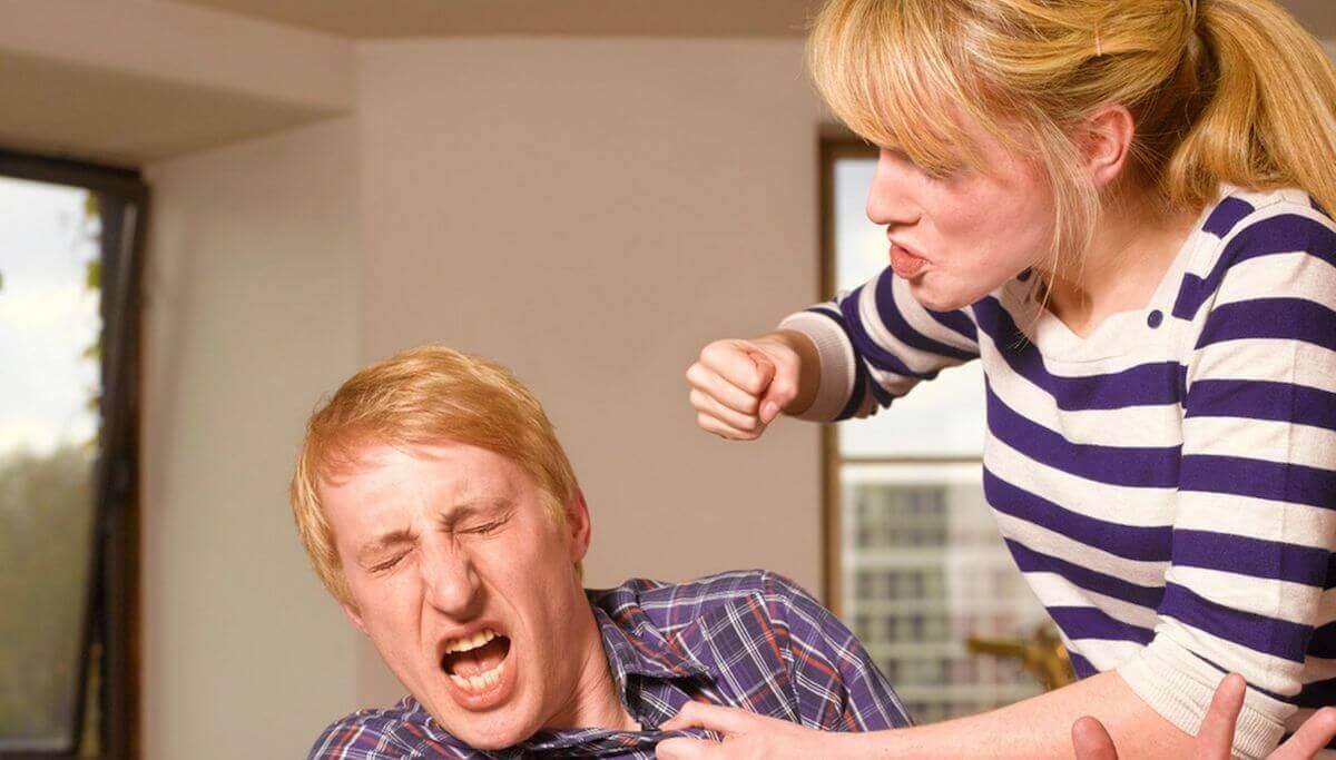 mujer-golpeando-hombre